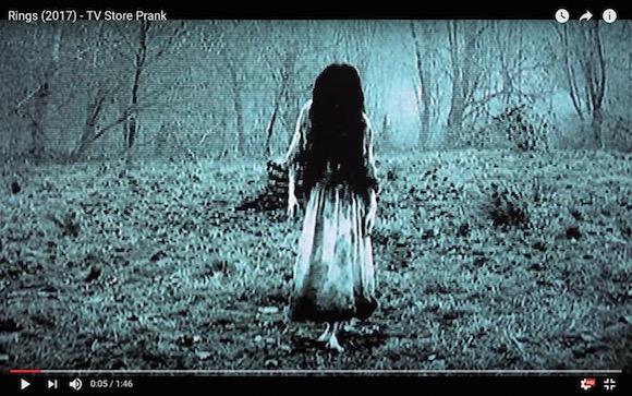 【画像】貞子の映画で1番怖いのって貞子じゃなくて布被って指差してるおっさんよな