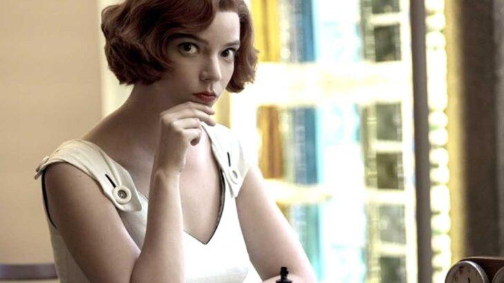 『クイーンズ・ギャンビット』主演のアニャ・テイラー=ジョイ、大胆ドレスでエミー受賞感謝「決して忘れない」